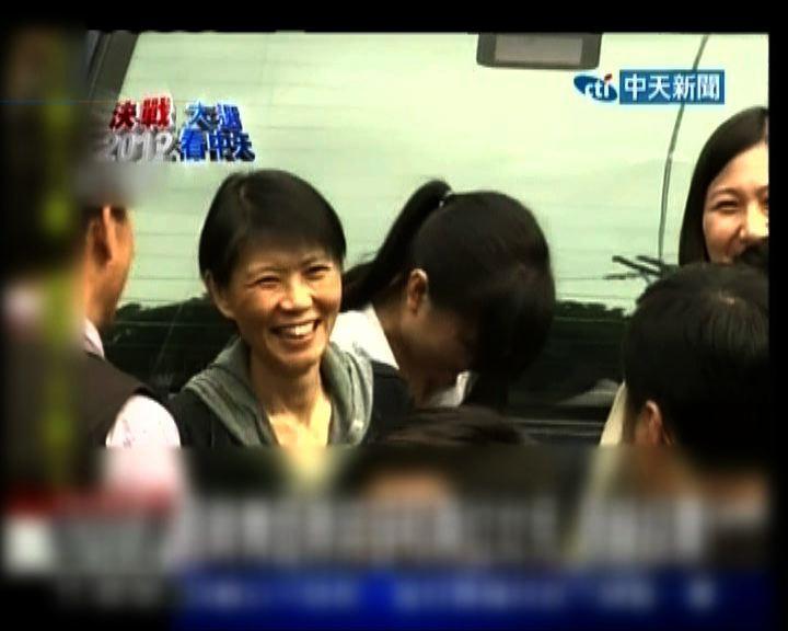 周美青與兩女同往票站投票