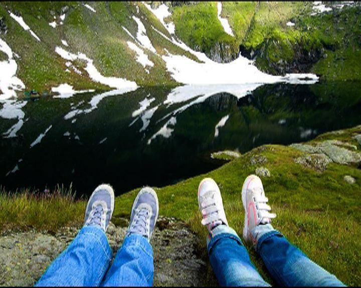 英國攝影師夫婦旅遊雙腳留影