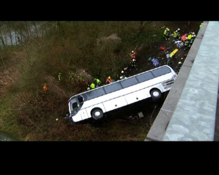 比利時巴士墮橋最少五死