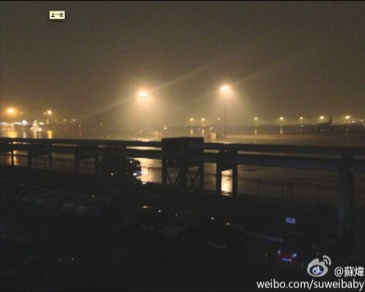 北京今早下暴雨天色變黑