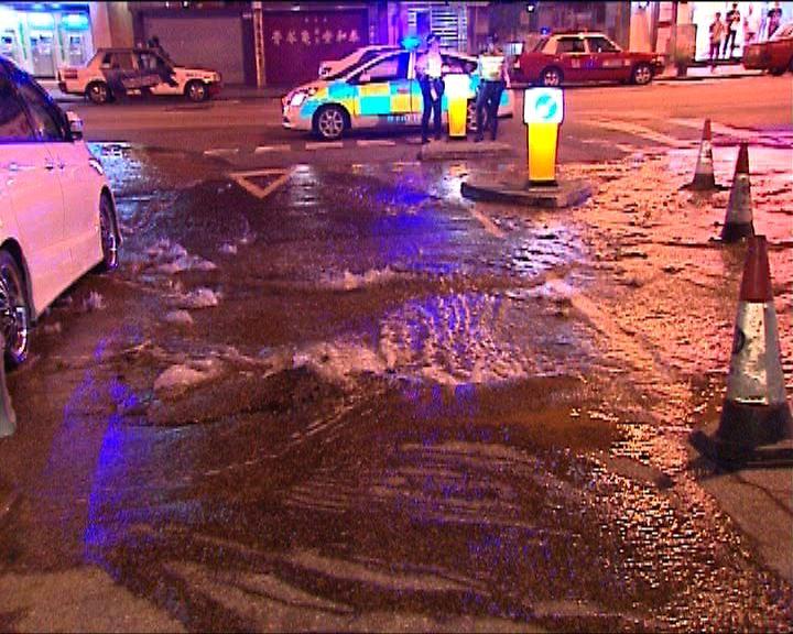 紅磡青州街爆鹹水管封路