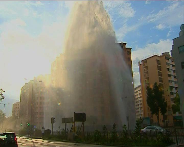九龍城爆鹹水管水柱逾五十米高
