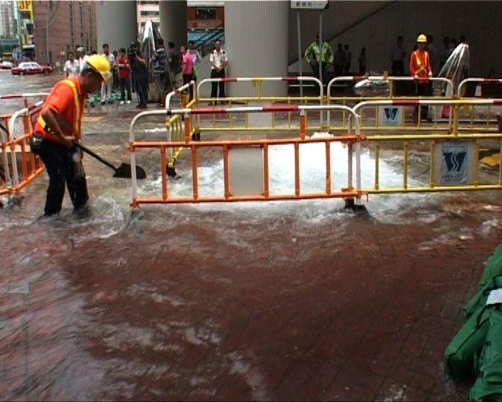 灣仔晏頓街爆水管影響路面