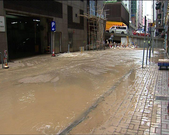 灣仔有地下鹹水管爆裂交通受阻