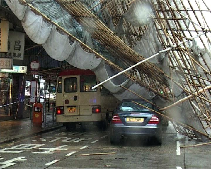 九龍城有棚架倒塌壓三輛車