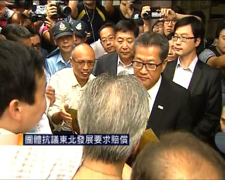 陳茂波出席北區區議會會議遇示威