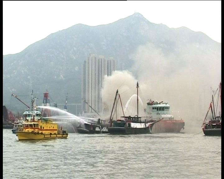 屯門四漁船起火數小時後火勢受控