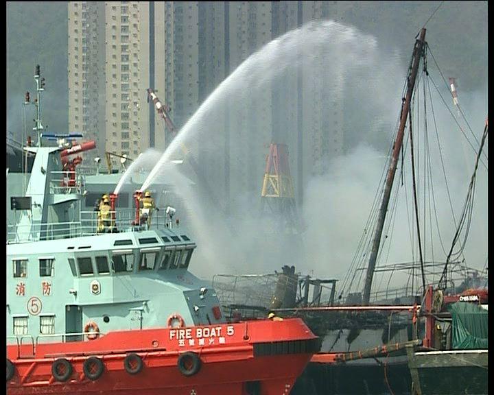 屯門避風塘起火漁船一艘沉沒