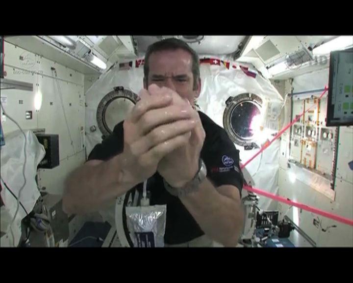 環球薈報:加拿大太空人示範太空洗手方法