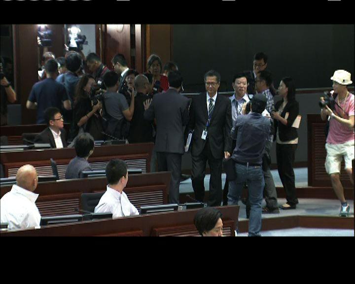 陳茂波出席立法會拒答提問