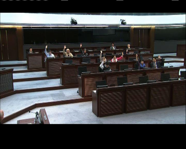 立會委員會動議譴責政府延發牌