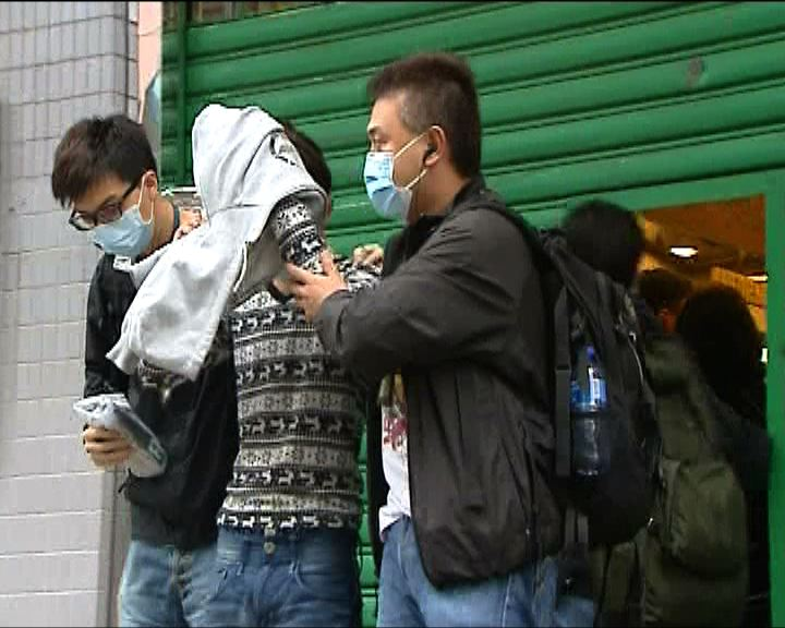 海關拘捕7名奶粉走私客