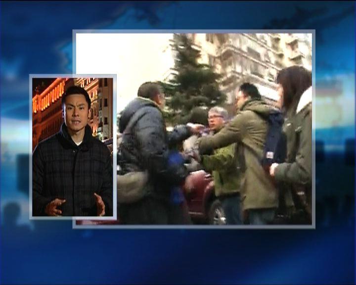 政情:香港記者北京採訪遭人毆打