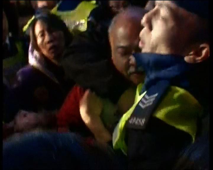 警方長江中心外採取拘捕行動