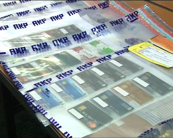 警拘4男女涉偷43張提款及信用卡