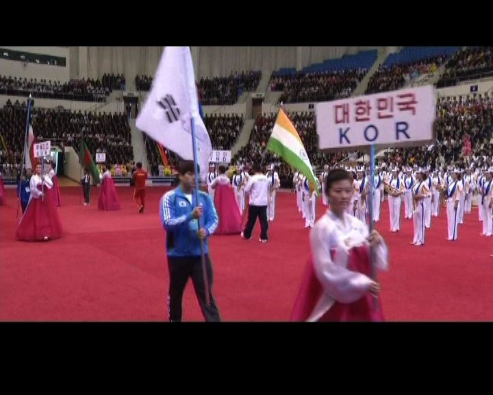南韓運動員到北韓參賽展示國旗