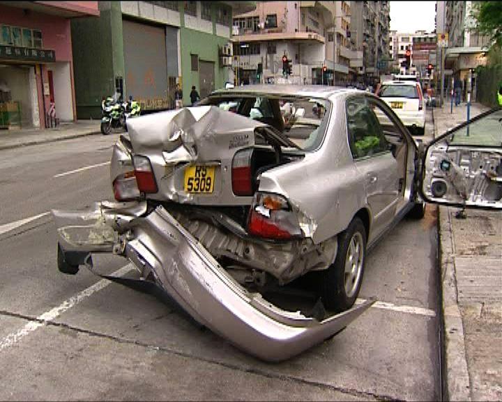 土瓜灣私家車逆線撞四車司機逃去
