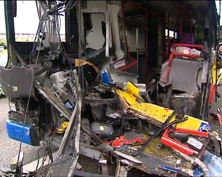 東涌機場巴士車禍最少32人傷