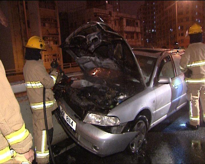 西九龍走廊私家車撞壆起火一傷