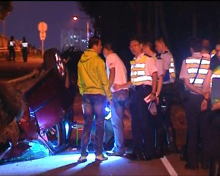 青衣私家車失事翻轉兩父子受傷