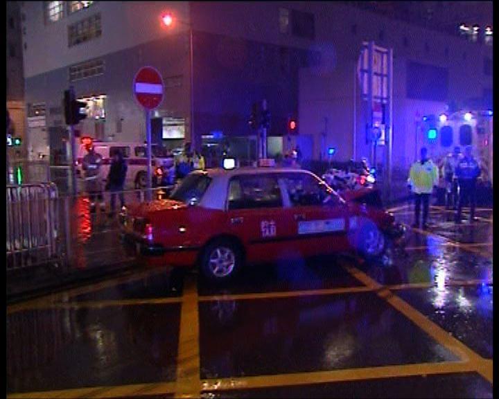 尖沙咀小巴與的士相撞十人受傷