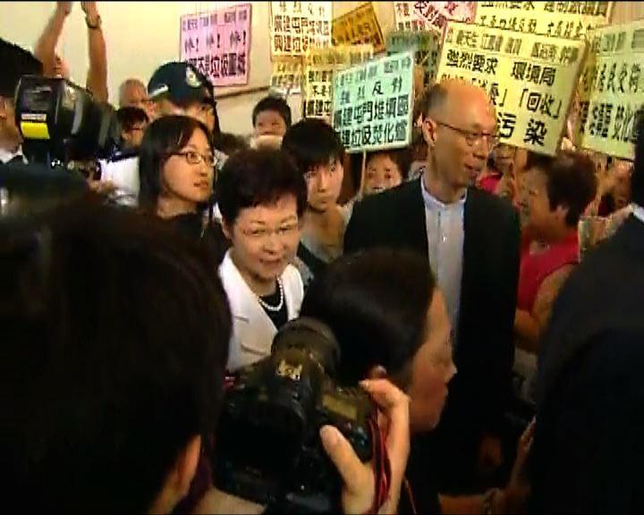 林鄭月娥出席屯門區議會遇示威