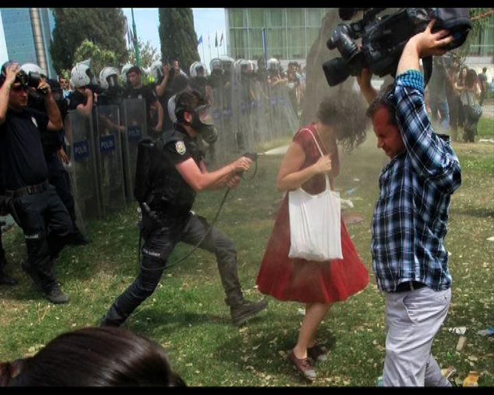土耳其紅衣女郎遭噴催淚氣成示威象徵