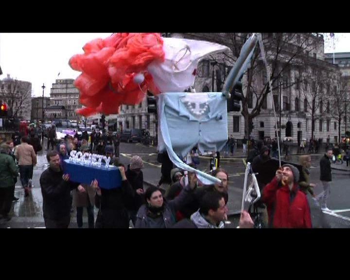 英國有民眾慶祝鐵娘子逝世