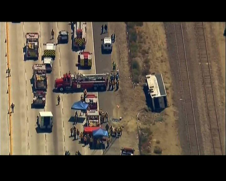 美國加州旅遊巴翻側數十人傷
