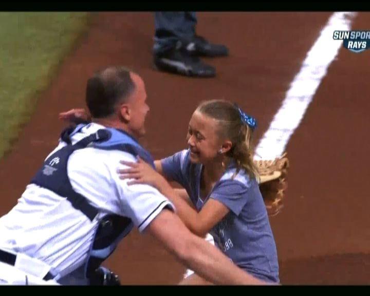 美國女孩棒球場上與父重逢