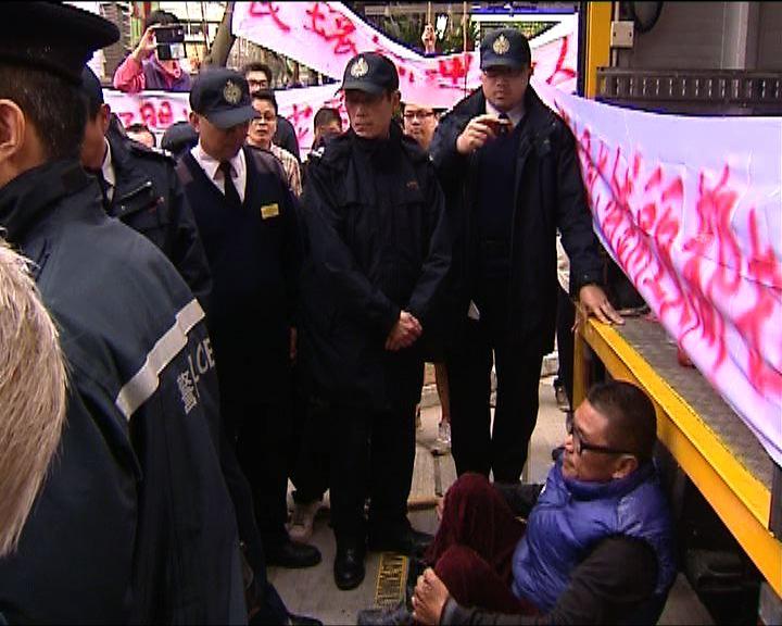 食環署到花墟執法遇抗議