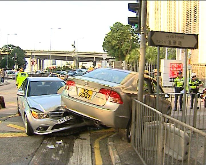 北角兩私家車撞三人受傷