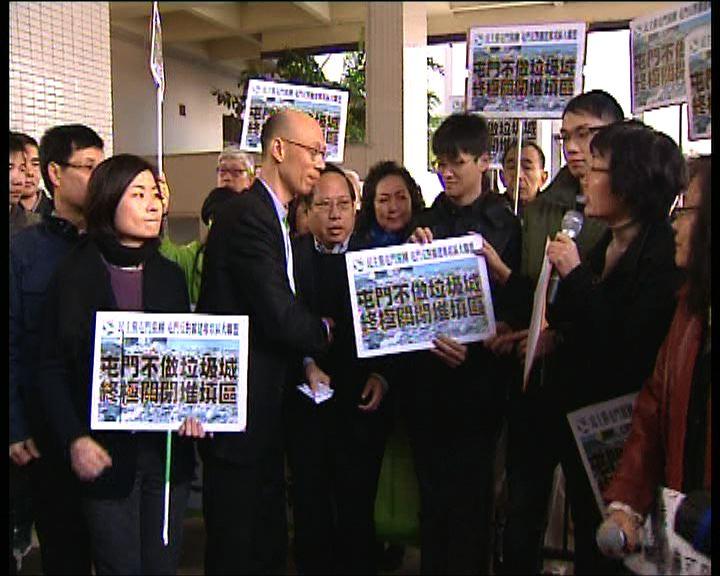 市民到屯門區議會反對擴建堆填區