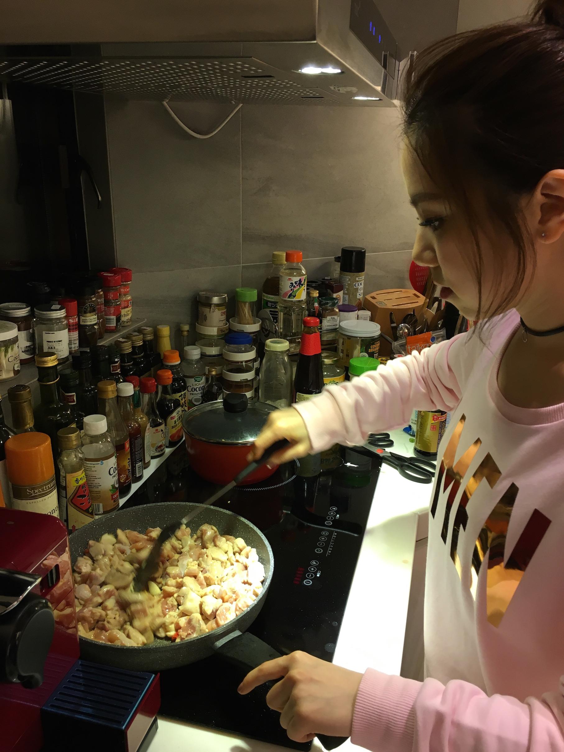一向對煮食有興趣的G.E.M.親自落廚宴客。