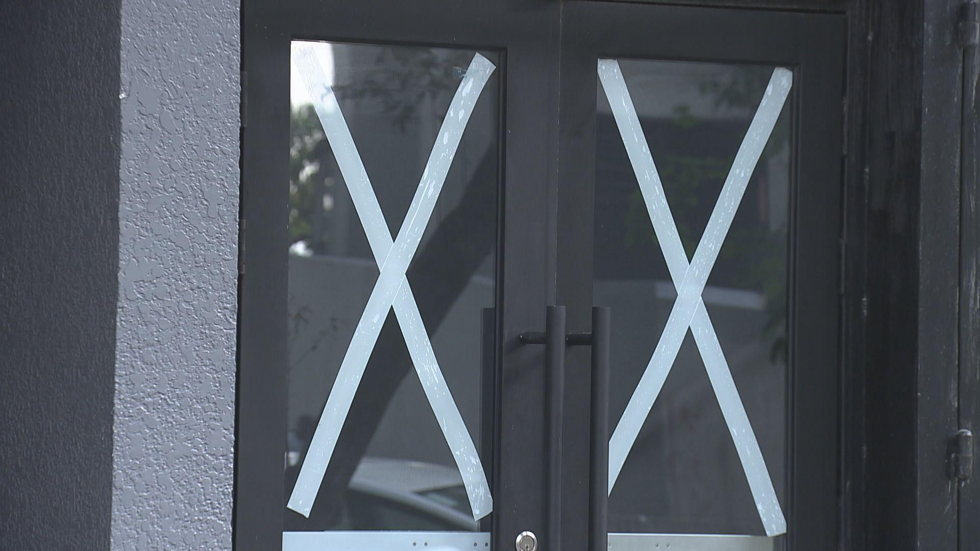 專家建議在玻璃以米字方式貼膠紙