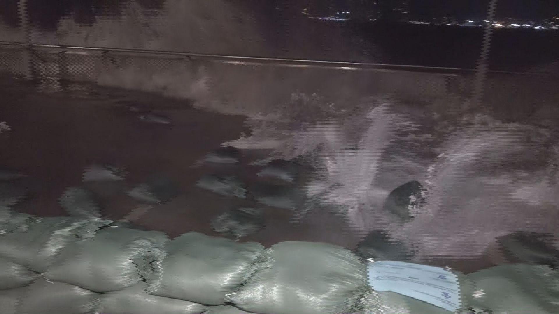 杏花邨翻起巨浪 沙包陣被沖散
