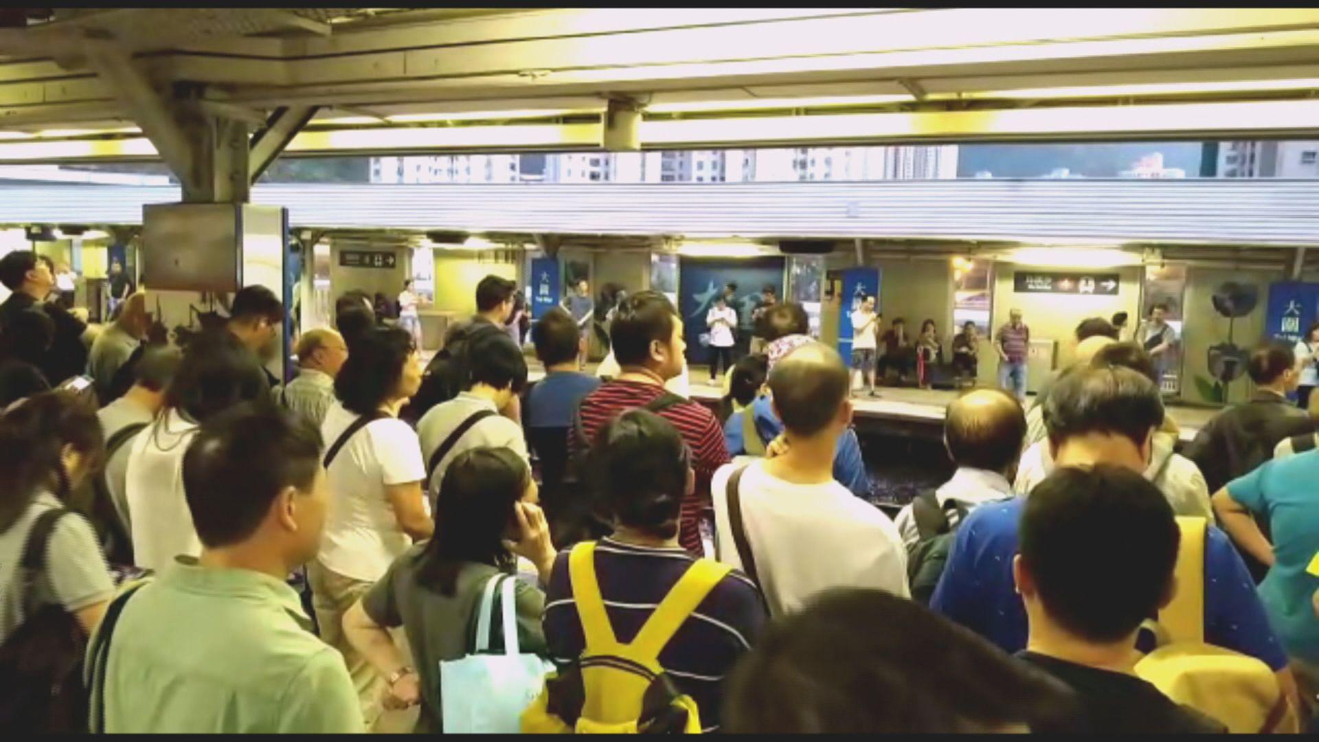 東鐵綫大圍站出九龍列車受阻迫滿人