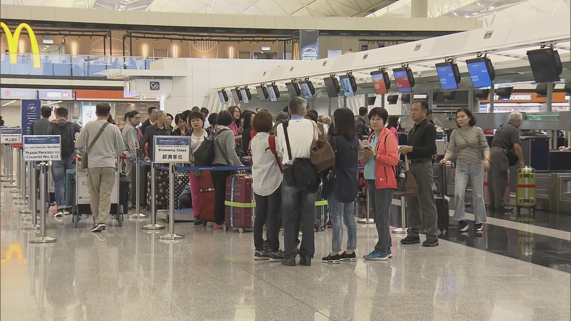 機場大批旅客等候上機