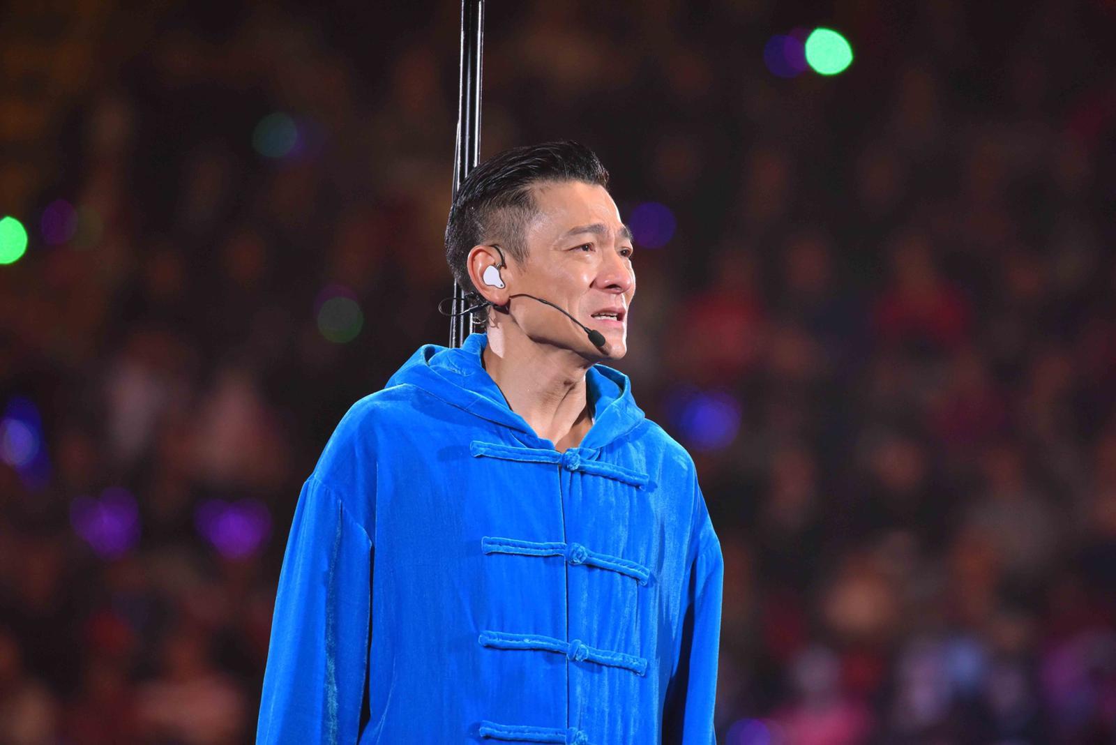 在交代腰斬演唱會時,華仔不停流下男兒淚。