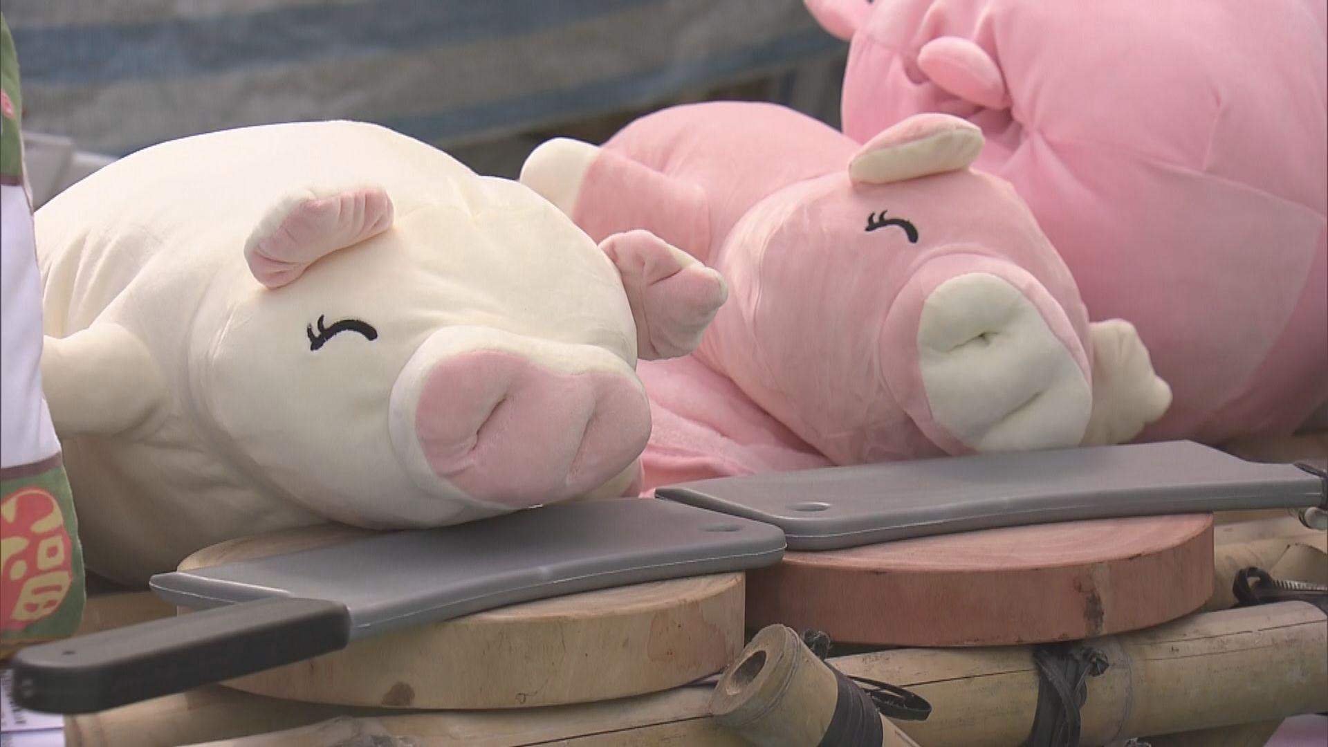 年宵市場開鑼 維園有攤檔布置成豬肉檔
