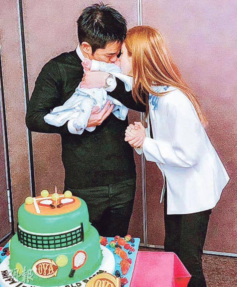 鄭嘉穎(左)與陳凱琳在網球蛋糕旁左右夾攻吻囝囝,好肉緊。(網上圖片)