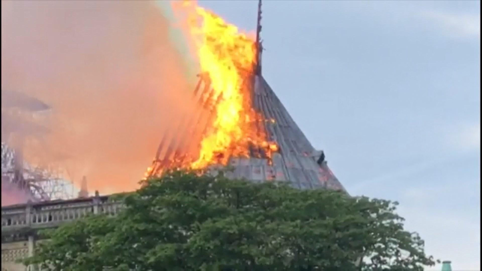 巴黎聖母院大火尖塔倒塌 疑因維修工程引起