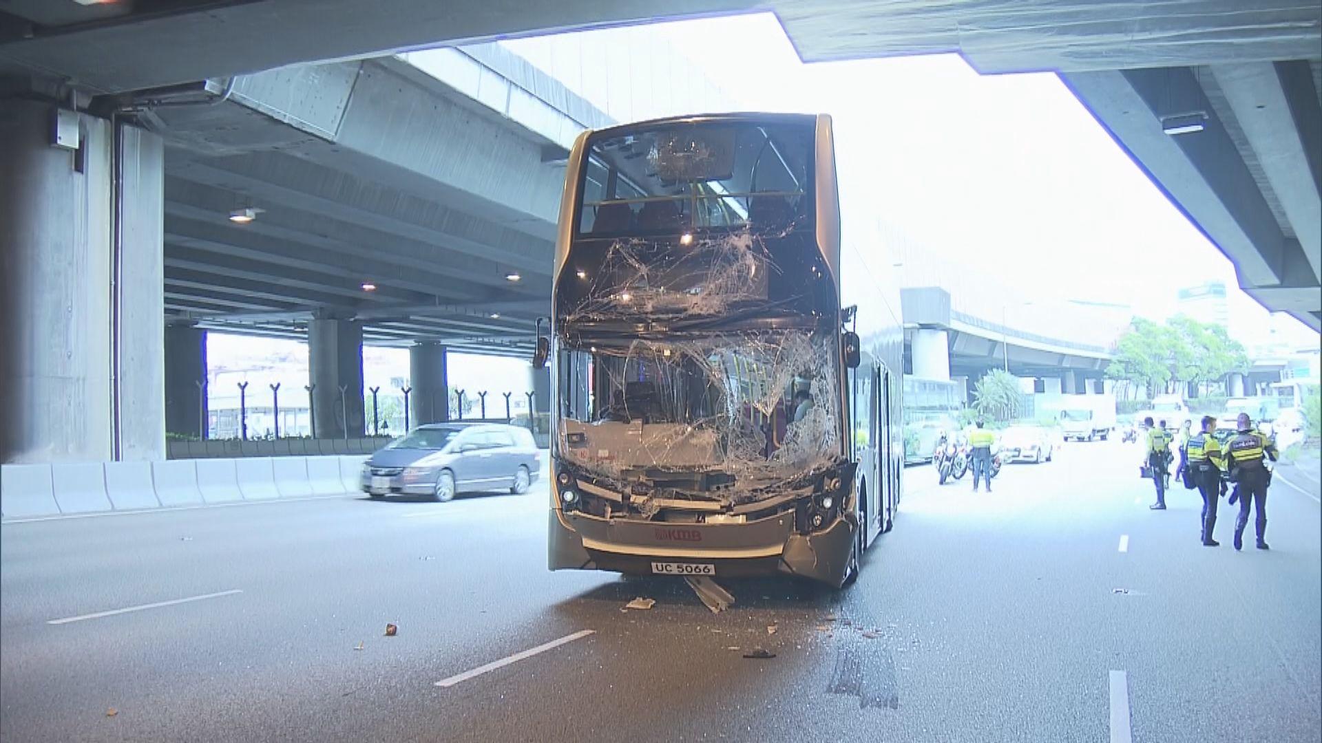 葵涌道巴士與混凝土車相撞 五人受傷送院