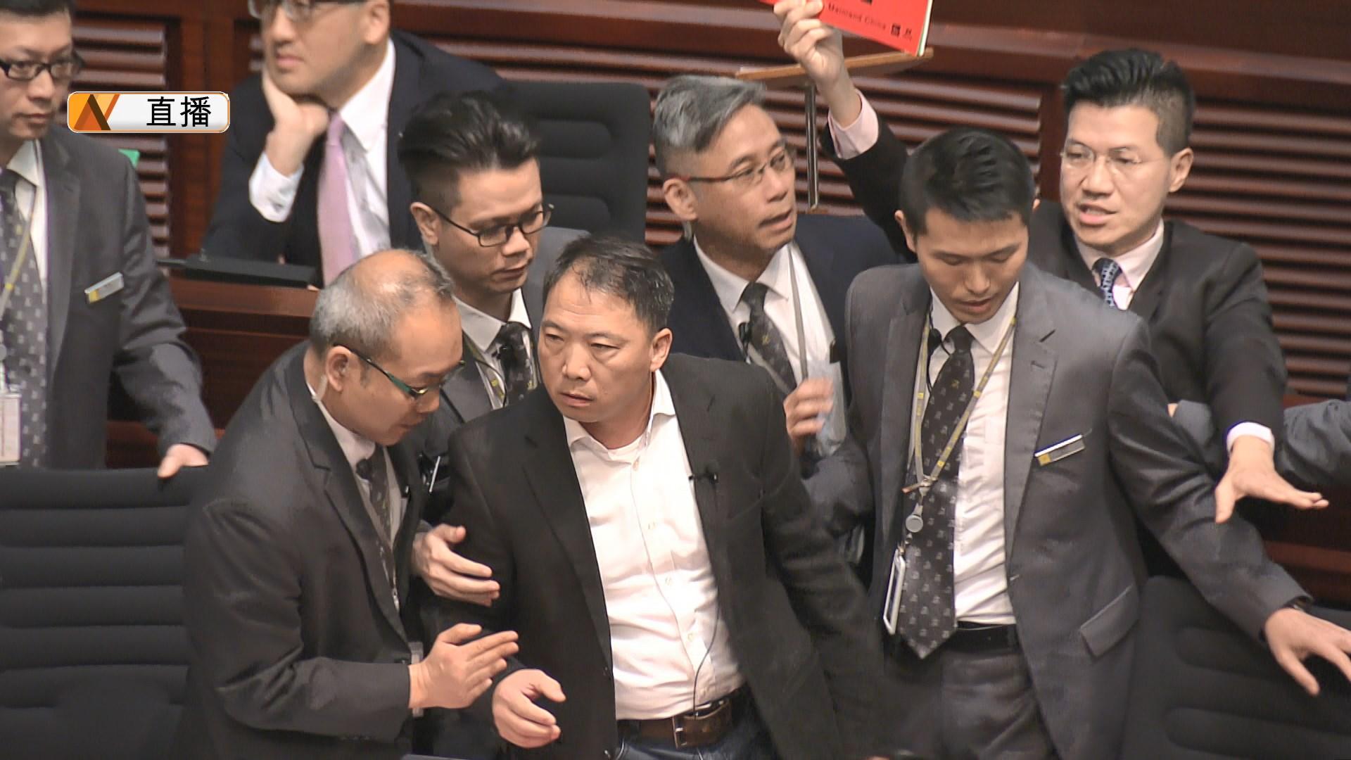 六名民主派議員在答問會期間被逐出會議廳