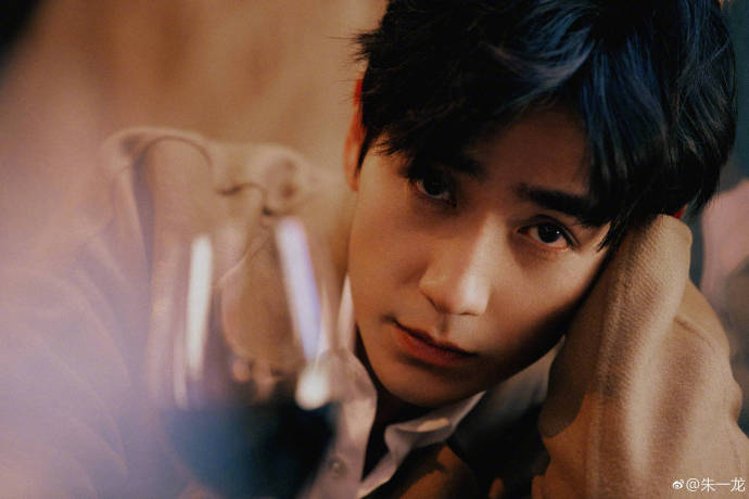 朱一龍的濃眉大眼和憂鬱氣質,令他被評為「新一代梁朝偉」(朱一龍微博圖片)