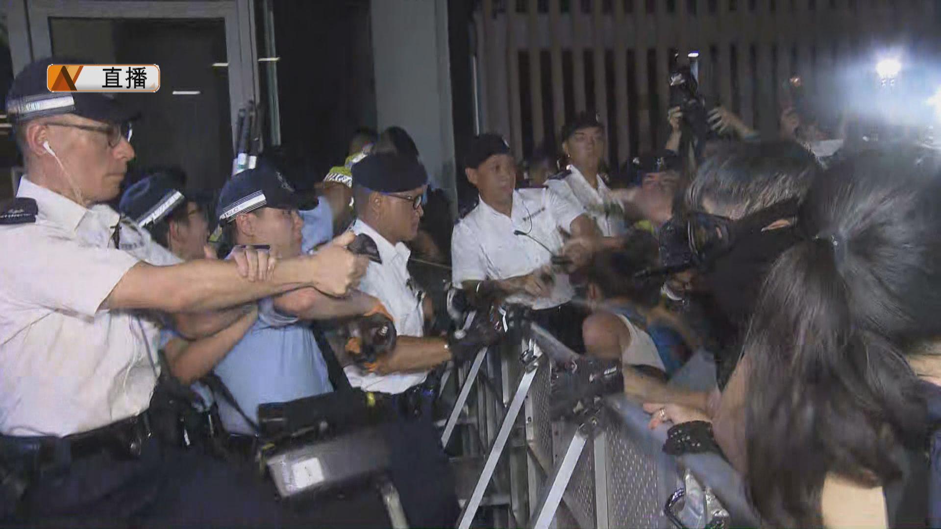 【最新】示威者衝擊立法會示威區 警方施放胡椒噴霧