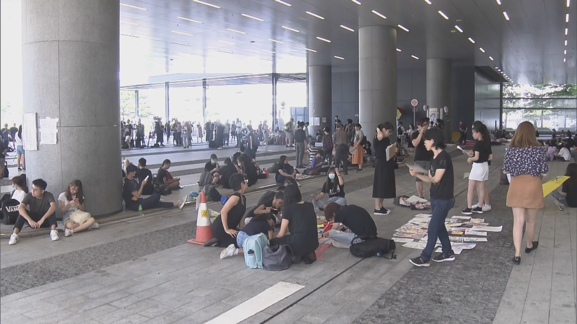 近百名市民在立法會示威區聚集