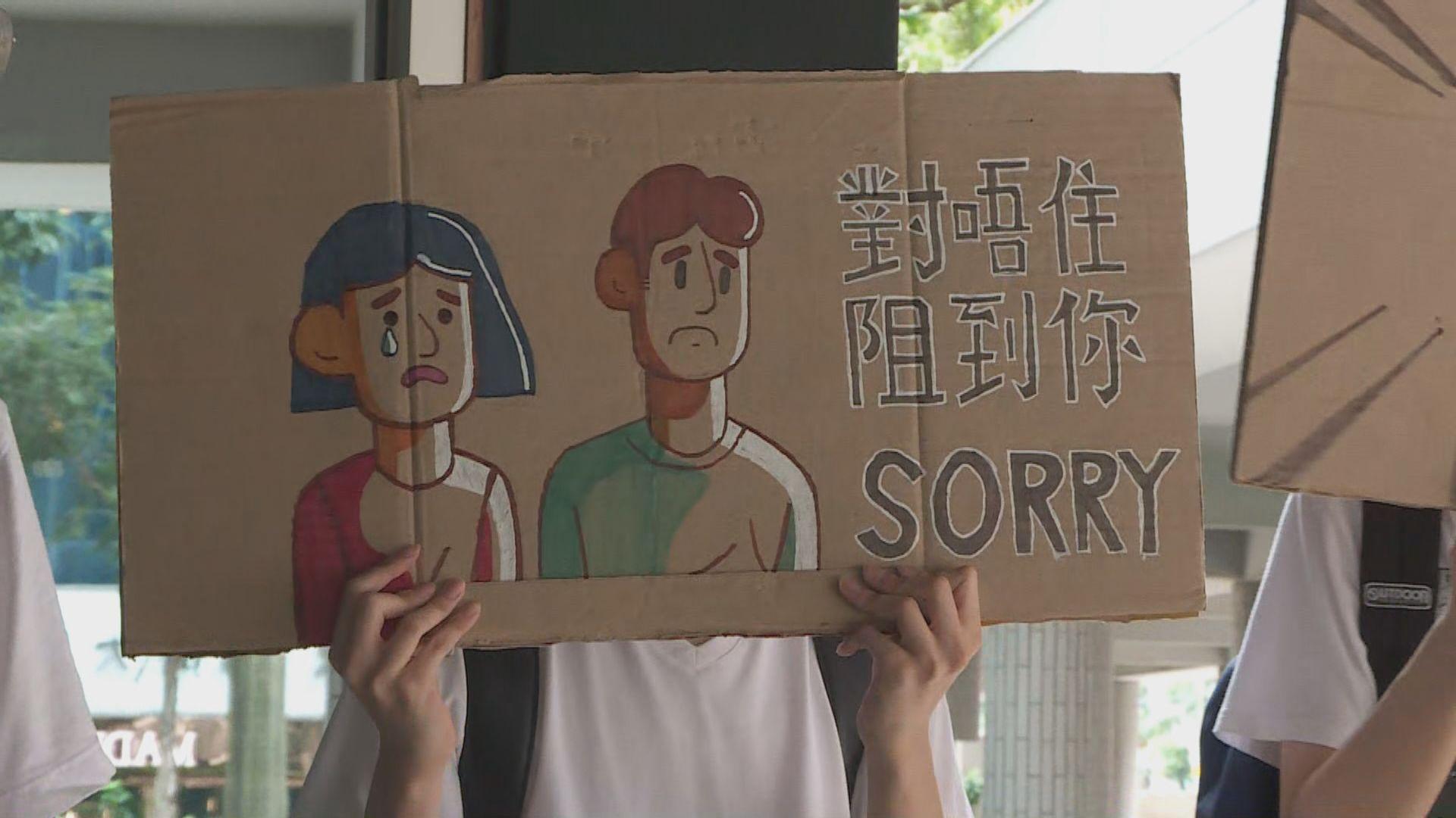 示威者稅務大樓派傳單致歉 有市民撕爛單張