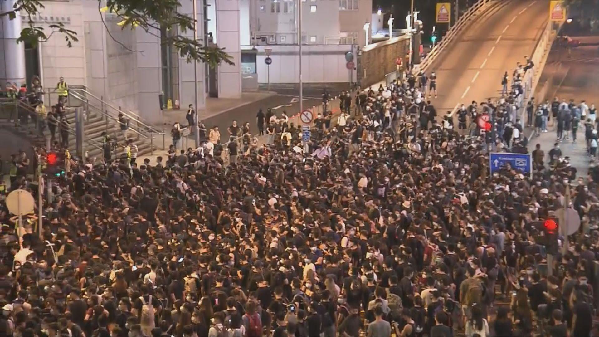 示威者再次包圍警察總部 堵塞附近一帶道路