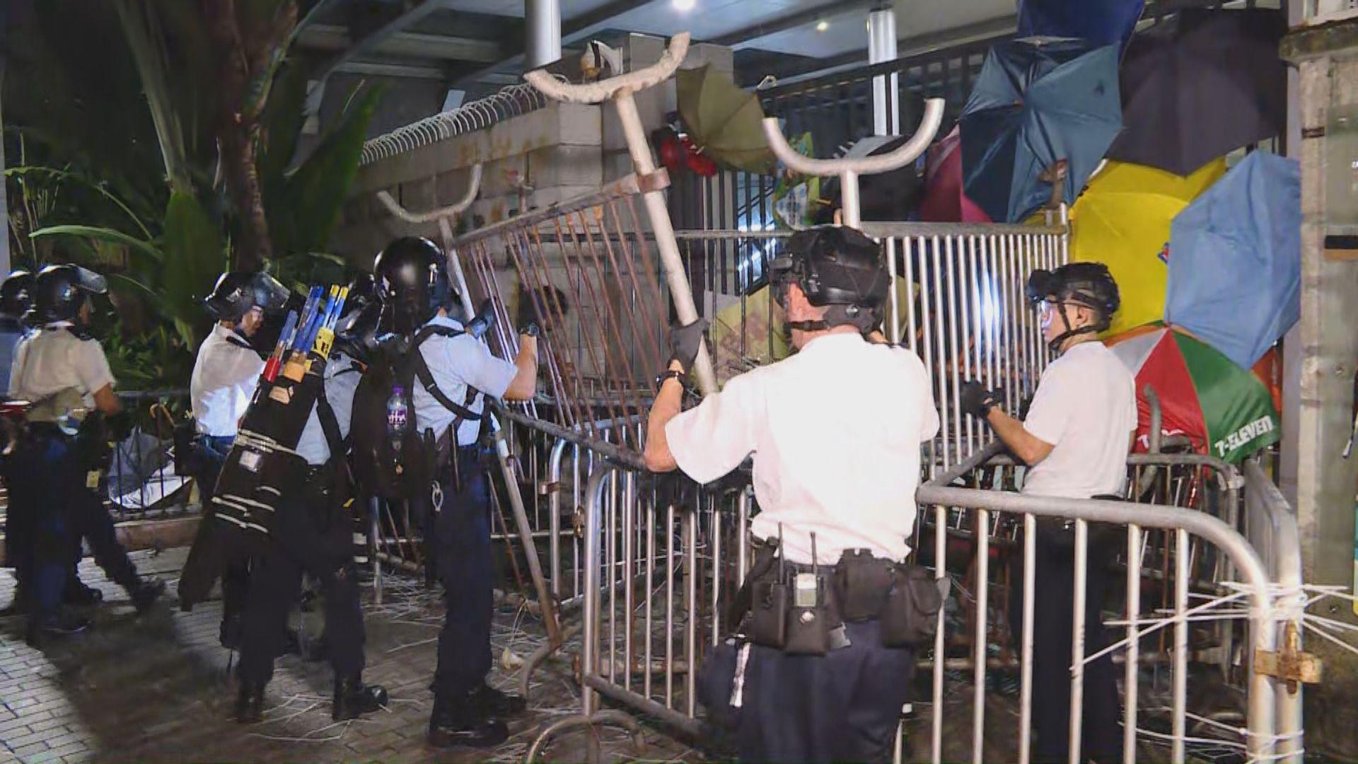 警方在警總外清場 拆除鐵馬和路障